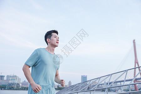 男性户外跑步图片