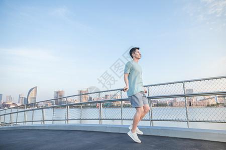 男性户外跑前准备图片