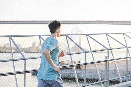 男性户外运动背影图片