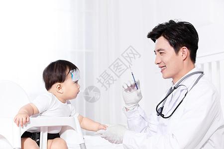 男医生给婴儿打针图片