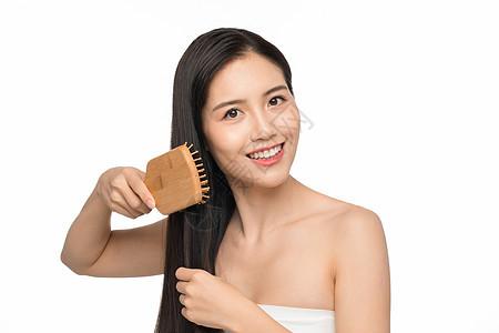 美女用梳子梳头发图片