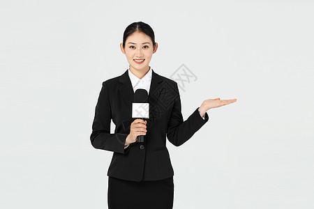 美女记者报道时伸手展示图片