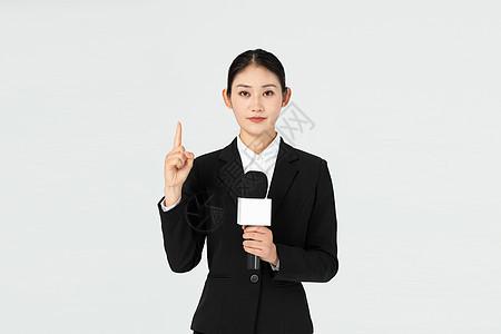 青年女记者手指指向图片