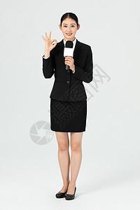 年轻美女记者手比OK手势图片