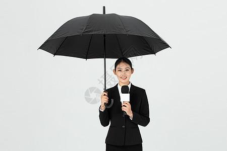 女性年轻记者打伞采访图片