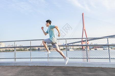 男性户外跑步冲刺图片