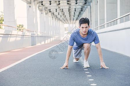 男性户外跑前预备图片