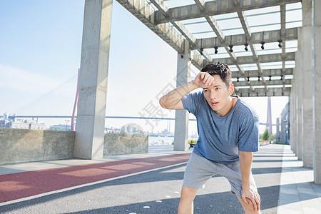 男性户外运动间隙流汗图片