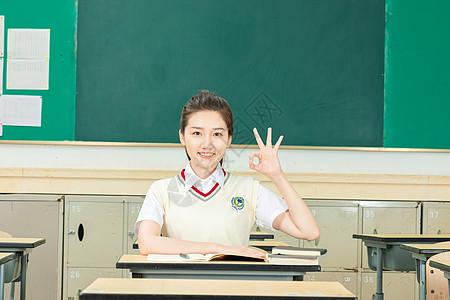 活力可爱女高中生OK手势图片