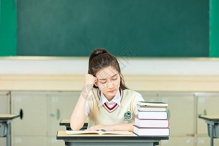 女高中生上课犯困图片