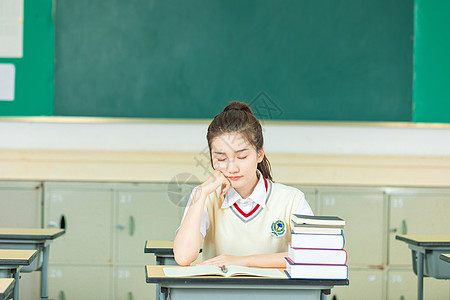 清新女大学生课堂犯困图片