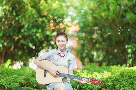 校园女高中生长椅上弹吉他图片