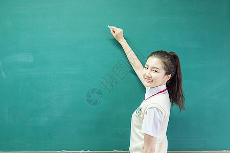 清新女学生上黑板写字图片