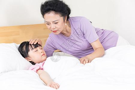 奶奶哄小女孩入睡图片