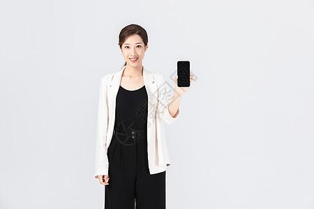 拿着手机展示的女性图片