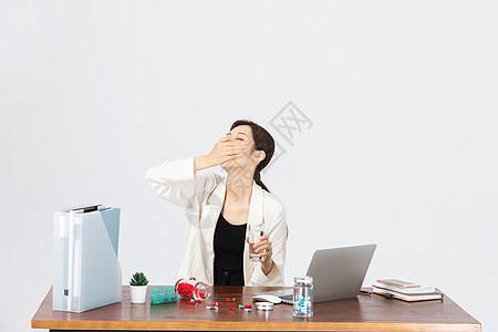 青年女白领不舒服吃药图片