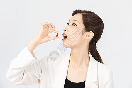女白领不舒服吃药特写图片