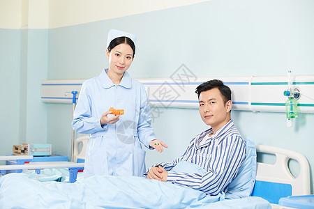护士嘱咐病人吃药图片
