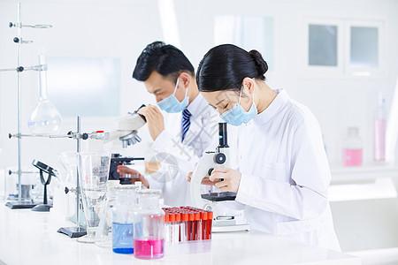 医疗人员使用显微镜图片