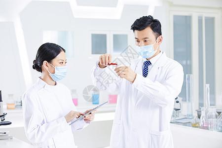 科研人员记录医疗实验数据图片