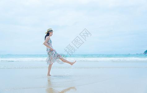 深圳西冲沙滩上的少女玩水图片