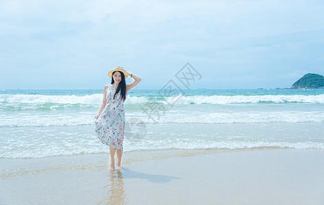 深圳西冲沙滩上的少女微笑图片