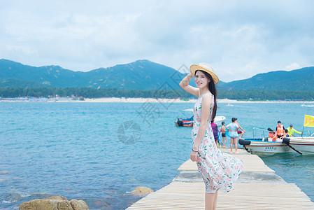 深圳西冲沙滩上的少女图片