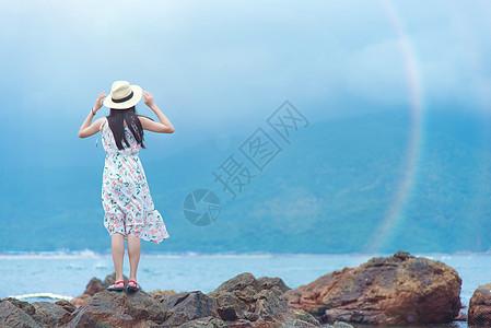 深圳西冲情人岛礁石上的少女背影图片