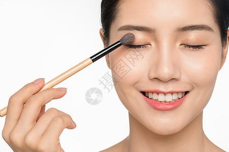 女性美容画眼影图片