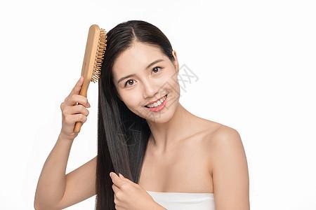 女性护发梳头图片