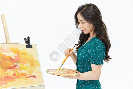 美女画家专心创作水彩侧面图片
