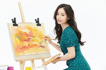 美女画家休闲绘画形象图片