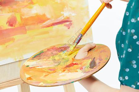 美女画家专注画水彩图片