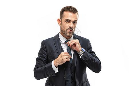男性整理领带图片