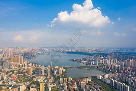 蓝天白云下的城市湖景建筑群图片