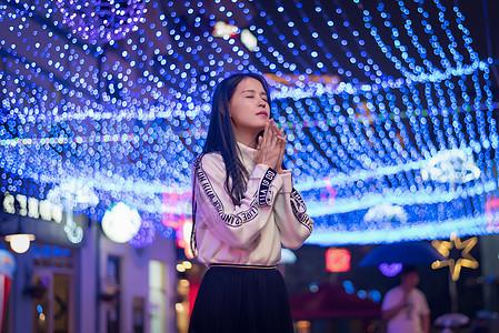 都市夜景少女祈祷人像图片