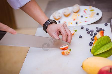 厨师正在制作水果拼盘图片