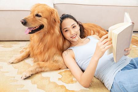 美女躺在狗狗身上看书图片