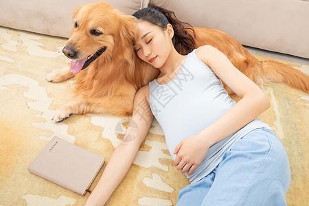 孕妇躺在狗狗身上睡觉图片