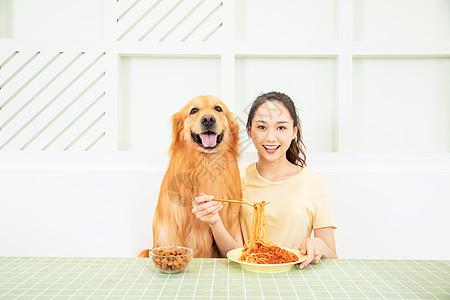 美女和宠物狗共同进餐图片