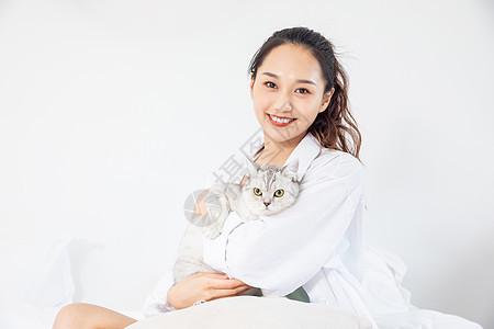 年轻美女和宠物猫在家嬉戏图片