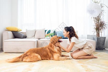 美女和宠物居家嬉戏图片