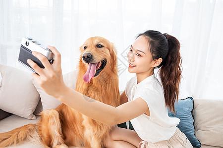 美女与萌宠狗狗拍照图片