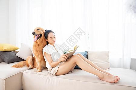 美女与宠物相伴看书图片