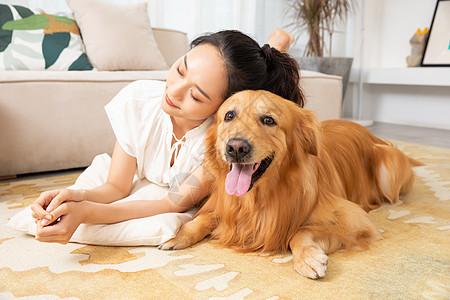 年轻美女和宠物狗在家嬉戏图片