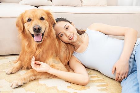 孕妇与宠物狗相伴图片