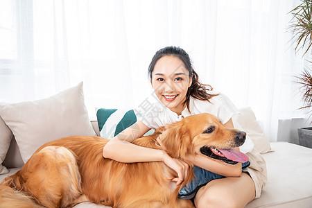 美女与宠物相伴图片