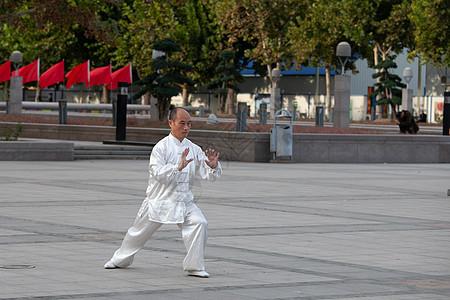 老年人在公园进行晨练打太极拳【媒体用图】(仅限媒体用图使用,不可用于商业用途)图片