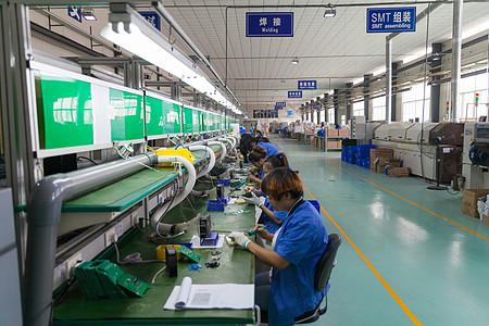 炎热的工厂车间内工人忙碌的进行作业【媒体用图】(仅供媒体用图使用,不可商用)图片
