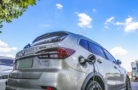 在新能源汽车充电站进行充电的电动汽车图片